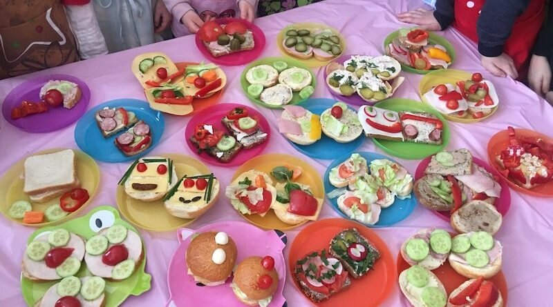 Kolorowe śniadanie w 1a