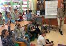 Maria Kownacka w bibliotece szkolnej