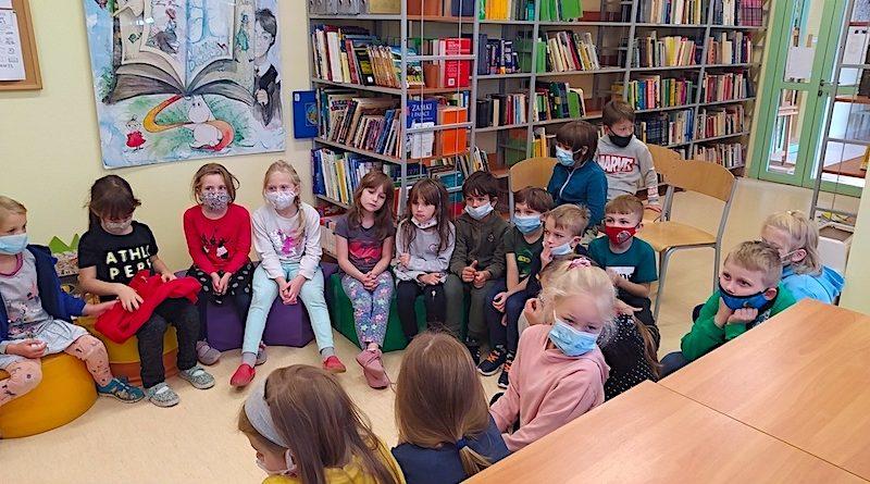 Pierwszoklasiści w bibliotece szkolnej